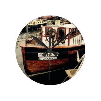 Barco de pesca en Suecia Reloj Redondo Mediano