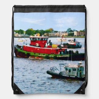 Barco de policía y dos remolcadores mochila