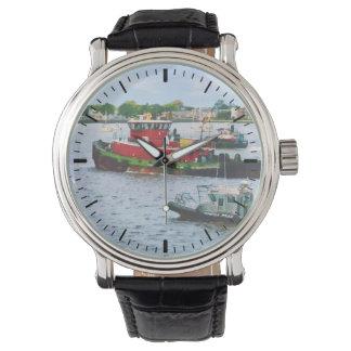 Barco de policía y dos remolcadores relojes