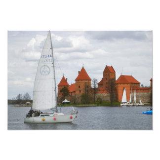 Barco de vela con el castillo de la isla por el la cojinete
