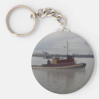 Barco del tirón en la niebla llavero redondo tipo chapa