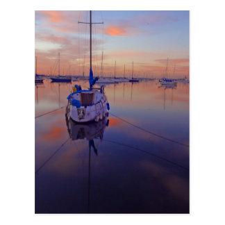 Barco en el puerto deportivo tarjeta postal