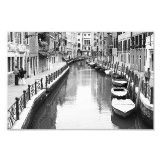 Barcos a lo largo de un canal en la ciudad impresiones fotográficas