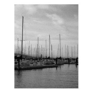 Barcos en el puerto deportivo tarjetas postales