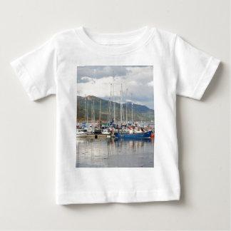 Barcos en Kyleakin, isla de Skye, Escocia Camiseta De Bebé