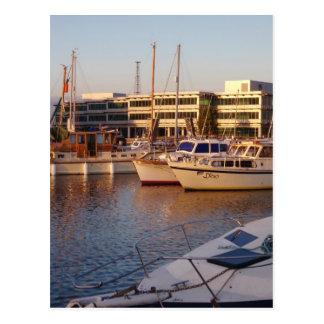 Barcos en un puerto deportivo postales