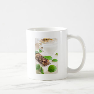 Barra de chocolate con un cereal y una leche para taza de café