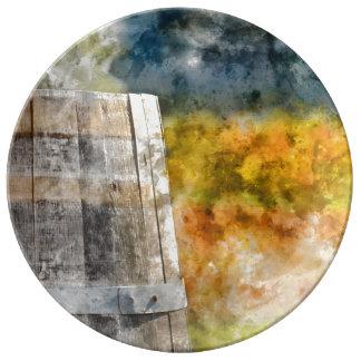 Barril de vino del otoño en un viñedo plato de porcelana