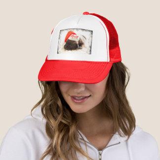 Barro amasado festivo en el gorra rojo de Santa