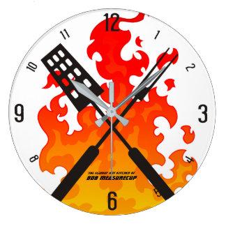 Bbq llameante de los utensilios que asa a la reloj redondo grande