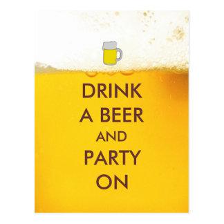 Beba una cerveza y a un fiesta encendido postal
