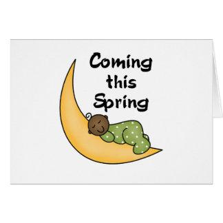 Bebé afroamericano el la primavera de la luna tarjeta de felicitación