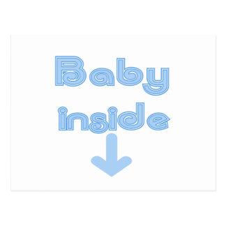 Bebé azul dentro postal