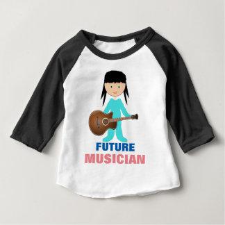 Bebé caprichoso que sostiene la guitarra en la camiseta de bebé