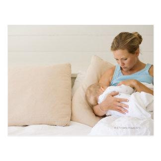 Bebé de amamantamiento de la mujer postal