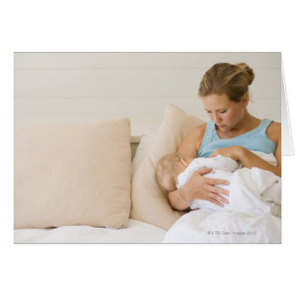 Bebé de amamantamiento de la mujer tarjeta