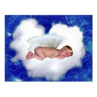 Bebé del ángel, durmiendo en una nube postal