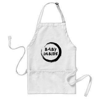 Bebé dentro de la maternidad delantal