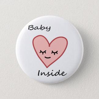 Bebé dentro del rosa lindo de la mujer embarazada chapa redonda de 5 cm