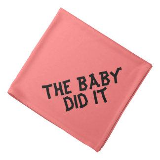 Bebé divertido persiguió el pañuelo para los bandanas