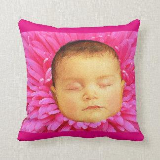 Bebé durmiente en una almohada de tiro de la flor