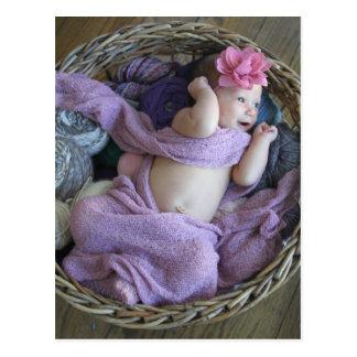 Bebé en una postal de punto de la cesta