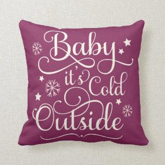 Bebé es almohada de tiro fría del día de fiesta