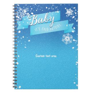 Bebé es cuaderno exterior frío del diario del