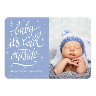 Bebé es exterior frío en tarjeta azul de la foto