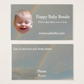 Bebé feliz con las tarjetas de visita del arco