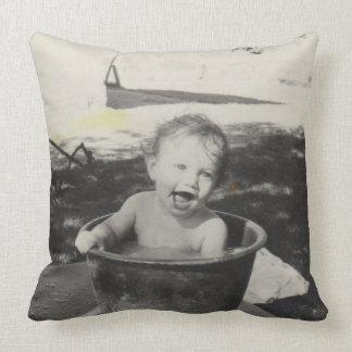Bebé lindo en un baño - Black&White Cojín Decorativo