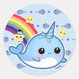 Bebé lindo narwhal con el arco iris y las pegatina redonda