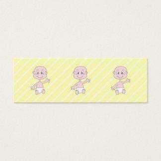 Bebé lindo que agita, en rayas amarillas. tarjeta de visita pequeña