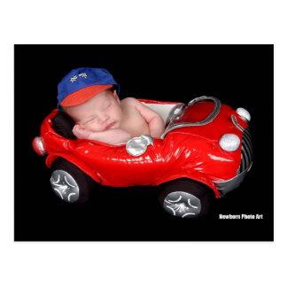 Bebé que compite con recién nacido postal