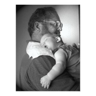 Bebé que duerme en el hombro del abuelo invitación 16,5 x 22,2 cm