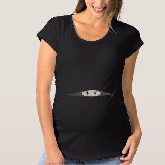 Bebé que mira a escondidas la camisa de maternidad