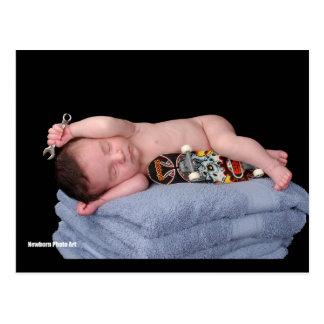 Bebé recién nacido del monopatín postal