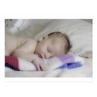 Bebé recién nacido durmiente hermoso postal