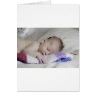 Bebé recién nacido durmiente hermoso tarjetas