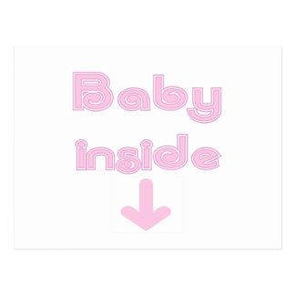 Bebé rosado dentro postal
