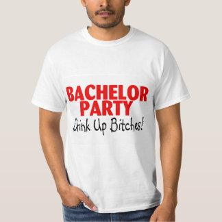 Bebida de la despedida de soltero encima del negro camiseta