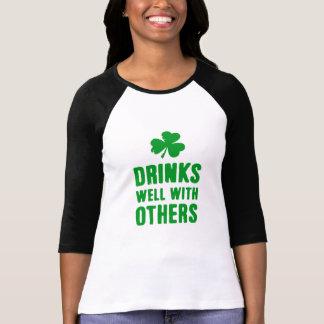 Bebidas bien con otras camiseta del día de St