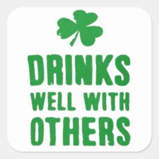 Bebidas bien con otras camiseta del día de St Pegatina Cuadrada
