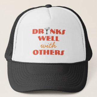 Bebidas bien con otras gorra del camionero