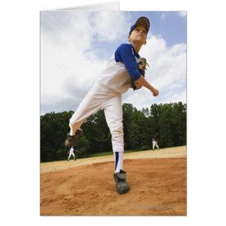 Béisbol que lanza de la jarra joven del montón tarjetón