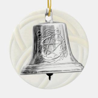 Bell de plata con el pentáculo y la guirnalda ornatos