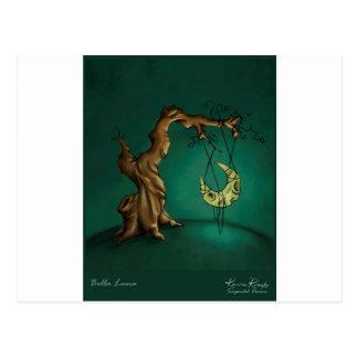 Bella Luna - luna y árbol torcido Postal
