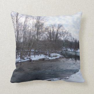 Belleza James River de la nieve Cojín Decorativo