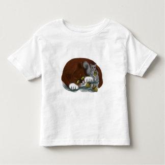 Bellotas de la parte de la ardilla y del gato camisas