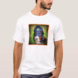 Berner que lleva al revés el casquillo camiseta